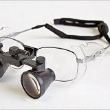Lupa binocular: Instrumento óptico formado por dos lupas simples que produce impresión de relieve por superposición de las dos imágenes. (Autor: Cesar M. Salvan)