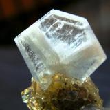Barita azul con Fluorita y Calcita. Detalle de la muestra anterior. Mina Moscona. Solis. Asturias. Tamaño del cristal: 13 mm. (Autor: Jose Luis Otero)