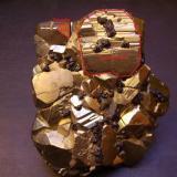Pirita/Esfalerita Mina Huanzala, Distrito Huallanca, Provincia Dos de Mayo, Departamento de Huánuco, Perú Esquema de los índices de Miller sobre el cristal dominante -piritoedro- y una modificación octaédrica. (Autor: Antonio Alcaide)