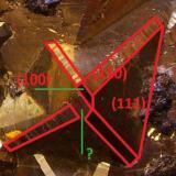 Pirita, esfalerita y cuarzo Mina Huanzala, Distrito Huallanca, Provincia Dos de Mayo, Departamento de Huánuco, Perú 9,5 x 7 x 6 cm. Detalle ampliado del octaedro con los índices de Miller. La cara que figura con interrogación podría ser la del piritoedro (210). Las caras triangulares del octaedro (111), los biseles muestran el rombododecaedro (110) y también me parece ver el cubo (100) en el vértice como en piezas anteriores. (Autor: Antonio Alcaide)
