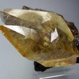 Calcita. Elmwood Mine, Tennessee, Usa. 8x8 cm. Cristal de 8 cm. Puede verse la esfalerita de la matriz a través de la Calcita (Autor: geoalfon)