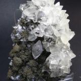 Calcita sobre pirolusita. Mina Herculano. Los Belones. Cartagena. Murcia. Pieza: 8 x 6 cm. Cristal mayor (calcita): 1 cm. (Autor: Juan Cabezas)