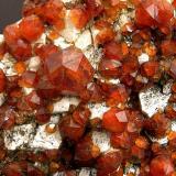 """Spessartina Yunling, Zhangzhou, Fujian, China Encontrada el año 2003 Tamaño de la pieza: 9.7 × 8 × 4.5 cm. El cristal más grande mide: 1.2 × 1.2 cm. Foto: """"Minerales de Referencia"""" (Autor: Jordi Fabre)"""