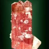 Elbaita (rubelita) Himalaya Gem Mine, Pala, San Diego, Califòrnia, EUA. 5,8 x 3,6 x 2,8 cm. / cristal: 4,9 x 2,3 x 2,1 cm. (Autor: Carles Curto)
