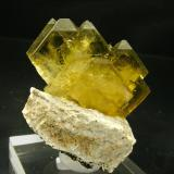 Barita con Dolomita Cerro Warihuyn, 2850 m.↑, Miraflores, Huamalias, Huanuco, Perú Encontrada en 2007 Tamaño de la pieza: 4.8 × 4 × 4.2 cm. El cristal más grande mide: 2 × 1.5 cm. Leve fluorescencia zonada con UV onda corta y larga Fotografía: Minerales de Referencia (Autor: Jordi Fabre)