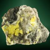 Azufre Conil, Cádiz, Andalucía, España. Càucaso (m). Cristales pequeños, agudos, sobre calcita, en matriz de roca. 4,3 x 4,8 x 4,8 cm. (Autor: Carles Curto)