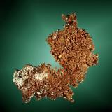 Cobre Cerro Pintado, Tierra Amarilla, Copiapó, Atacama, Chile. La Farola (m). Agregado dendrítico de pequeños cristales, en matriz. 6,4 x 6,2 x 2,9 cm. (Autor: Carles Curto)
