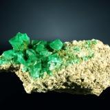 Fluorita Sant Cugat del Vallès (El Papiol), Vallès Oriental, Barcelona, Cataluña. Berta (c). Agregado de cristales octaédricos verdes sobre granito. 10,3 x 4,5 x 3,1 cm. (Autor: Carles Curto)