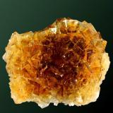 Fluorita Solís, Corvera de Asturias, Villabona, Asturias. Moscona (m). Agregado irregular de crustales cúbicos transparentes de color amarillo miel (ejemplar de 1987). 6,2 x 4,7 x 3,9 cm. (Autor: Carles Curto)