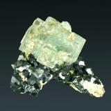 Fluorita Naica, Saucillo, Chihuahua, México. Gibraltar (m). Cristales cúbicos de color verde claro, con zonación de color y en matriz recubierta de galena cuboctaèdrica (ejemplar de 1986). 5,5 x 6,8 x 4,9 cm. (Autor: Carles Curto)