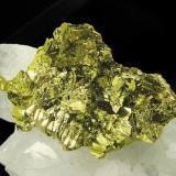 Calcopirita en Cuarzo Mina Boldut, Cavnic, Maramures, Rumania Encontrada en 2003 Tamaño de la pieza: 12.5 × 7.4 × 3.4 cm. Tamaño del grupo de cristales de Calcopirita: 3.8 x 2 cm. Foto: Minerales de Referencia (Autor: Jordi Fabre)