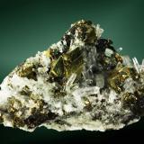 Calcopirita Huarón, Cerro de Pasco, Pasco, Perú. Alimón (m). cristales pseudotetraédricos maclados, en cuarzo (cristal de roca) (ejemplar de 1984). 8,4 x 4,8 x 3,7 cm. cristal pral.=  1,7 x 1,4 x 1,4 cm. Actualmente en la colección de Enrique Vintró (Barcelona) (Autor: Carles Curto)