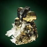Calcopirita Huarón, Cerro de Pasco, Pasco, Perú. Alimón (m). Cristal pseudotetraédrico maclado, con esfalerita (marmatita) y cuarzo (cristal de roca) (ejemplar de 1984). 4,6 x 4,8 x 4,1 cm. cristal pral.= 1,8 x 1,4 x 1,1 cm. (Autor: Carles Curto)