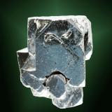 Galena Madan, Mikhajlovgrad (okráji), Rodope (mts.), Smolyan (oblast), Bulgària. Agregado de cristalea cubo-octaédricos, uno de ellos claramente dominante, con el cubo claramente como forma principal, con crecimientos paralelos y parcialmente esqueléticos (ejemplar de 2010). 5,7 x 5,0 x 2,9 cm. (cristal pral.: 4,4 x 3,9 x 2,9 cm. (Autor: Carles Curto)