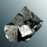 Galena Picher, Tri State (dist.), Ottawa Co., Oklahoma, EUA. Agregado irregular de cristales cúbicos, uno de ellos dominante, con barita y calcita (ejemplar de 1982). 5,5 x 4,0 x 3,8 cm. / cristal pral.: 3,7 x 3,0 x 3,1 cm. (Autor: Carles Curto)