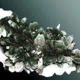 Marcasita Reocín, Torrelavega, Santander, Cantabria.  Agregados de cristales en cresta de gallo, con calcita, en matriz (ejemplar de 1988). 7,0 x 6,0 x 3,5 cm. / agregado pral.: 1,3 x 0,9 x 0,5 cm. (Autor: Carles Curto)