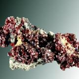 Proustita Imiter, Tinerhir, Azilal (prov.), Tadla-Azilal (wilaya), Marruecos.  Agregados de cristales prismáticos en matriz (ejemplar de 2004). medidas= 4,6 x 2,4 x 1,7 cm. / cristal pral.= 0,3 x 0,1 x 0,1 cm. (Autor: Carles Curto)