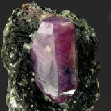 Corindón con Biotita Zazafotsy Quarry, Ambahatraso, Ihosy, Fianarantsoa, Madagascar Tamaño de la pieza: 5.8 × 3.4 × 4.3 cm. El cristal más grande mide: 2.2 × 0.9 cm. Leve fluorescencia con UV onda larga y corta Foto: Minerales de Referencia (Autor: Jordi Fabre)