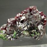 Cuprita Mina Tsumeb, Tsumeb, Namibia Ex Colección Folch duplicados Tamaño de la pieza: 3.1 × 2.2 × 0.9 cm. El cristal más grande mide: 0.3 × 0.2 cm. Foto: Minerales de Referencia (Autor: Jordi Fabre)