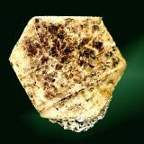 Corindón Kleggåsen, Froland, Aust-Agder, Noruega. 3,4 x 2,7 x 1,0 cm. / cristall= 3,1 x 2,7 x 1,0 cm. Cristal tabular de contorno hexagonal, con figuras triangulares de crecimiento, con areas ligeramente rojizas, con una pequeña matriz con biotita. Ejemplar obtenido en 1985. (Autor: Carles Curto)