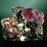 Corindón, (rubí) Amboharohy, Ihosy, Toliary (prov.), Madagascar. (localidad en discusión) 3,4 x 4,0 x 2,4 cm. / cristall pral.= 2,2 x 1,4 x 1,0 cm. Dos cristales, uno de ellos biterminado, prismático y con caras de pirámide y pinacoide, en matriz micáca. Ejemplar obtenido el 2005. (Autor: Carles Curto)