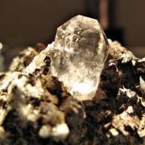 Cuarzo Localidad: Minas de Cuarzo,  Taouz, Merzouga, Er Rachidia, Marruecos Medidas: 6,5 x 4,3 x 2,8 cms. Una foto más cercana del cristal (Autor: Fritet79)