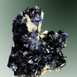 Azurita Warren (Bisbee), Cochise Co., Arizona, EUA. Cooper Queen (m). 4,5 x 4,1 x 2,1 cm. (ejemplar) / 0,3 x 0,2 x 0,1 cm. (cristal pral.) Agregado de cristales prismáticos cortos, con malaquita pseudomórfica de azurita, en matriz. Ejemplar de 1982 (Autor: Carles Curto)