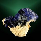 Azurita Chessy-les Mines (Chessy), Rhône (dept.), Rhône-Alpes (reg.), França. Chessy (m). 3,1 x 3,1 x 2,0 cm. (ejemplar) / 2,2 x 1,7 x 0,7 cm. (cristal pral.) Cristales lenticulare sobre matriz. Ejemplar obtenido en 1989 (Autor: Carles Curto)