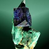 Azurita Kerrouchen, Khenifra (prov.), Meknes-Tafilalt (wilaya), Marruecos. 3,4 x 1,8 x 1,4 cm. (ejemplar) / 1,0 x 1,0 x 0,6 cm. (cristal) Cristal equidimensional formado por dos prismas, sobre un agregado en abanico de cristales aciculares de malaquita. Ejemplar de 2003. (Autor: Carles Curto)
