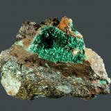Malaquita Cala, Huelva, Andalusia, Espanya. Manuel-Mercedes (m). 5,1 x 4,1 x 1,8 cm. (ejemplar) / 2,6 x 1,5 x 0,5 cm. (geoda). Geoda de cristales aciculares en matriz metálica, con calcopirita. Ejemplar recolectado en 1998. (Autor: Carles Curto)