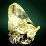 Anglesita Touissit, Oujda-Angad (pref.), L'Oriental (wilaya), Marruecos. Zelidja (m). 3,0 x 3,8 x 1,7 cm. (ejemplar) / 3,3 x 1,8 x 0,7 cm. (cristal pral.) Agregado de cristales muy aplanados, transparentes y de color amarillo uniforme, en matriz de galena. Ejemplar de 1989. (Autor: Carles Curto)