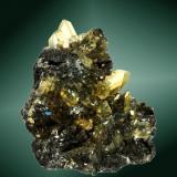 Anglesita Touissit, Oujda-Angad (pref.), L'Oriental (wilaya), Marruecos. Zelidja (m). 5,0 x 4,5 x 2,5 cm. (ejemplar) / 1,7 x 1,1 x 0,4 cm. (cristal pral.) Cristales prismáticos, amarillos y transparentes, en matriz de galena (ejemplar muy típico del pozo 9 de la mina zelidja. Ejemplar de 1979 (Autor: Carles Curto)