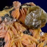 Cerusita y barita.  ACF Mine area. Mibladen. Midelt. Marruecos.  12.6x6 cm. Cristal mayor 2.5 cm (Autor: Juan Luis Castanedo)