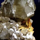 Cerusita y barita.  ACF Mine area. Mibladen. Midelt. Marruecos.  9x6.5 cm. Cristal mayor 3 cm (Autor: Juan Luis Castanedo)