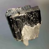 Ferberita Panasqueira, Portugal. 6,6 x 6,4 x 4 cm MGB 10309 Dos cristales prismáticos de apariencia tabular parcialmente recubiertos por siderita y con un cristal de cuarzo. Registrado el 1972 Foto: Marc Campeny Crego (Autor: Carles Curto)