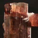Turmalina Minas Geraes, Brasil aprox 9x2,5 cm Terminación compleja de turmalina, se forman tres ejemplares distintos. (Autor: Pep Gorgas)