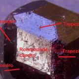 Almandino Bella Vista Mine, Mitkof Island, Wrangell-Petersburg borough, Alaska, EEUU Indicación de las caras principales del cristal anterior. (Autor: Antonio Alcaide)