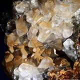 Calcita.  Mina Herculano. El Puntal. Atamaría. Sierra Minera de Cartagena-La Unión. Cartagena.  9.6x9 cm. Cristal mayor 1.6 cm. (Autor: Juan Luis Castanedo)