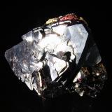 Cuprita c/Cobre y Plata Nativos. Mina Rubtsovskoye, Siberia, Rusia. 3,7x3x3,5 cm. Cristal principal 3,3 cm. Col. y foto Nacho Gaspar. (Autor: Nacho)