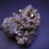 Pirita y dolomita Duff Quarry, Logan County, Ohio, EEUU 5,5 x 4,5 x 3 cm. Piritas diploides con modificaciones del trapezoedro, del octaedro y del piritoedro. (Autor: Antonio Alcaide)