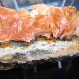 Wulfenita y Barita Mibladen, Midelt, Khénifra, Marruecos 17x8x6 cm. Cristal más grande 0,6 cm. Vista trasera. (Autor: Carles Rubio)