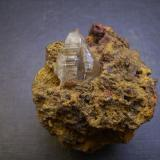 Cerusita Mina M'Fouati, M'Fouati, Distrito de M'Fouati, Departamento de Bouenza, República del Congo 6 x 5 x 5 cm. Sobre matriz de limonita. El cristal principal mide 2,2 cm. (Autor: Antonio Alcaide)