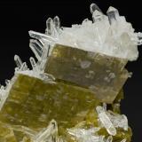 Siderita con Cuarzo Allevard, Isère, Rhône-Alpes, Francia Tamaño de la pieza: 5.2 × 3.7 × 3.8 cm. El cristal más grande mide: 1.8 × 1.5 cm. Foto: Minerales de Referencia (Autor: Jordi Fabre)