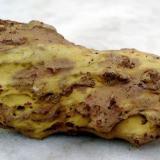 """Azufre sobre basalto, procedente de una fumarola """"fósil"""" Canteras de la Isleta, Gran Canaria, España unos 12 cm de largo (Autor: María Jesús M.)"""