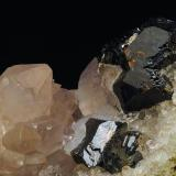 Esfalerita y Amatista. Tunel José Maestre. Sierra Minera de Cartagena-La Unión, Cartagena, Murcia. España. 25 x 16 mm (Encuadre aproximado de la foto) Recolectada en 2000 (Autor: Daniel Agut)