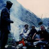 """Un dia de senderismo bien cumplido; junto con los montañeses Balti,  que nos ayudaban en buscar minerales. Nanga Parbat en la """"Pradera de las hadas"""" Entre 3.800 y 4.300 m (Autor: Peter Seroka)"""