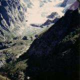 En aquellos valles, con sus pendientes cayendo en picado, es donde se encuentran los feldespatos y muchos otros minerales.  Este es el Glaciar Barchi  a una altura de 4.980 m. (Autor: Peter Seroka)