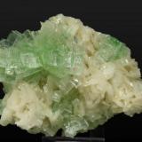 Apophyllita-(KF) con Stilbita Momim Akhada, Rahuri, Ahmednagar, Maharashtra, India Tamaño de la pieza: 10.8 × 7.6 × 4.4 cm. El cristal más grande mide: 1.4 × 0.7 cm. Foto: Minerales de Referencia (Autor: Jordi Fabre)