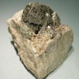 Axinita-(Fe) con Grossularia Cerca de Fermoselle, Zamora (pero ya en Salamanca), España Tamaño de la pieza: 6 x 5 x 6.5 cm.  Cristal de Axinita-(Fe): 2,5 x 2 cm. Colección Jordi Fabre (Autor: Jordi Fabre)