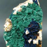 Malaquita y Azurita sobre Fluorita Aouli, Mibladen, Midelt, Marruecos Tamaño de la pieza: 11.5 × 8 × 3.5 cm. El cristal más grande mide: 1.1 × 1.1 cm. Foto: Minerales de Referencia (Autor: Jordi Fabre)